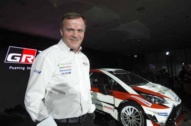 Tommi Mäkinen myhäili tyytyväisenä uuden Toyotan Yarisin vierellä.