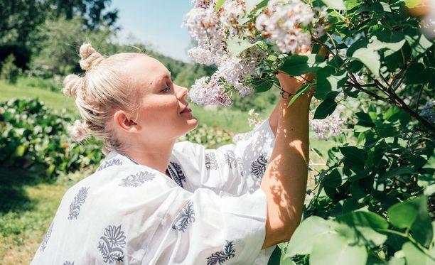 Anna Puu kertoo jaksossa rakastavansa kukkia. Hän on perinyt kukkaintonsa mummoltaan.