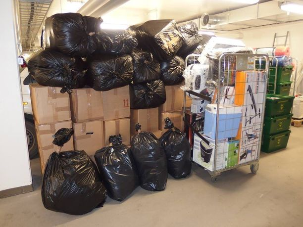 Poliisin takavarikkoon päätyi naisen asunnolta säkkikaupalla varastetuksi epäiltyä tavaraa.