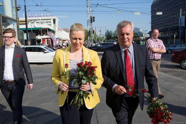 Jutta Urpilainen ja Antti Rinne jakoivat ruusuja Helsingin keskustassa viime vuoden toukokuussa. Sen jälkeen kaksikon yhteydenpito on ollut hiljaista.