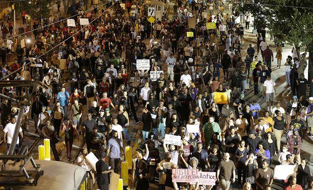 Suurin osa mielenosoittajista on käyttäytynyt rauhallisesti.