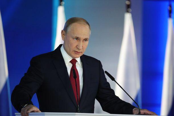 Venäjän presidentti Vladimir Putin keskiviikkona vuotuisen puheensa parlamentille ja vaati muutoksia perustuslakiin. Puheen jälkeen ilmoitettiin Venäjän hallituksen yllättävästä erosta.
