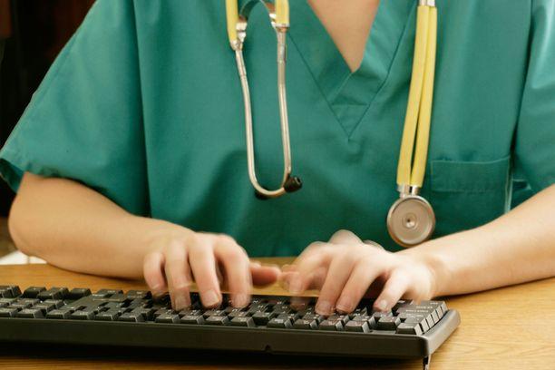 Sairaanhoitajalla ei ollut lupaa käydä urkkimassa naapurinsa tietoja.