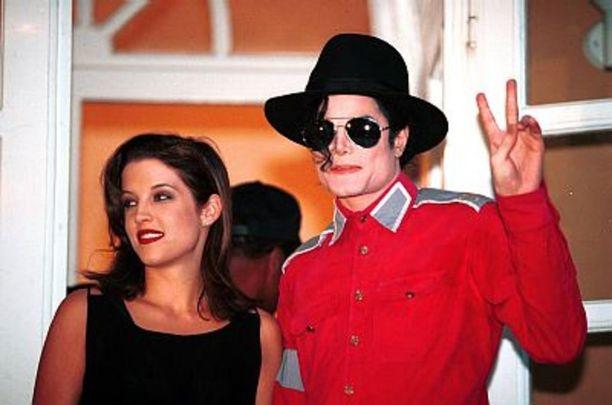 Rockin kuninkaan ainoan lapsen Lisa Marie Presleyn ja popin kuninkaan Michael Jacksonin avioliitto oli megaluokan uutinen. Liittoa epäiltiin julkisuustempuksi, jonka oli määrä häivyttää hyväksikäyttöepäilyjä.