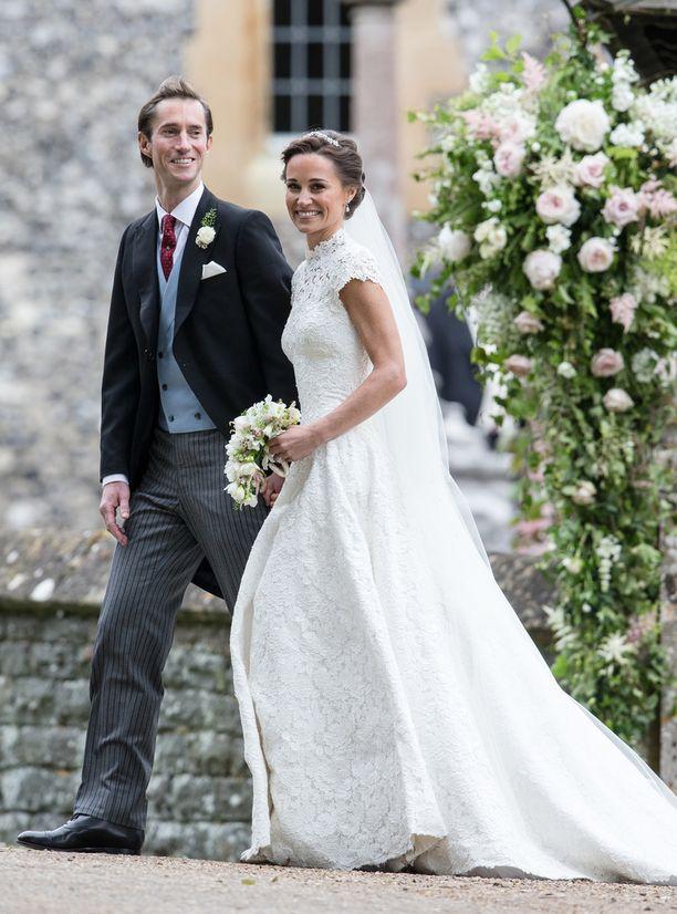 Herttuatar Catherinen pikkusisko Pippa Middleton asteli James Mathewthewsin kanssa vihille viime keväänä. Pippan puvun lyhyet hihat esittelivät treenatut käsivarret.
