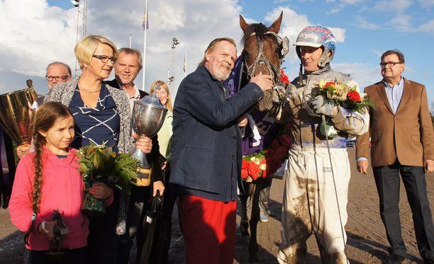Vesa-Matti Loiri iloitsi 100 000 euron ykköspalkinnosta.