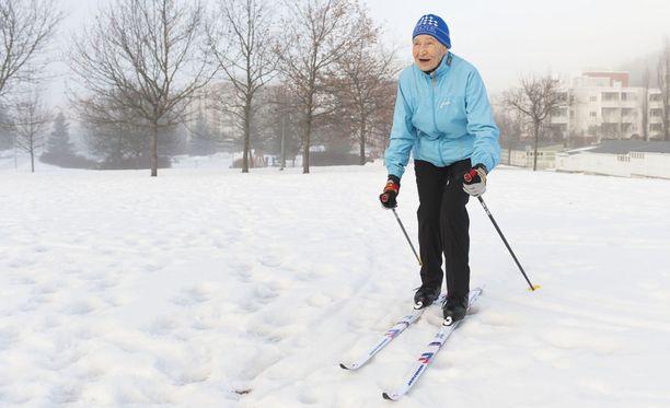 Siiri Rantanen hiihtää useita kertoja viikossa. Nainen on perinteisen hiihtotavan välinekehityksessä mukana, sillä alla ovat joko Järvisen voiteluvapaat optigrip -sukset tai Peltosen karvapohjasukset.