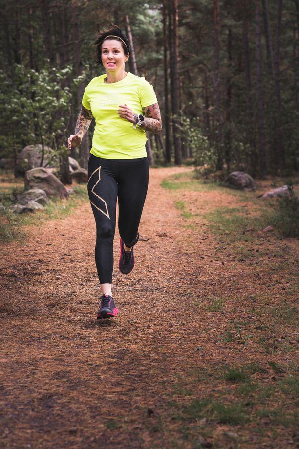 Seuraavaksi Jenny osallistuu 100 kilometrin juoksukilpailuun.