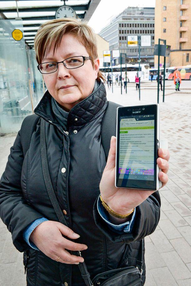 Sari, 44, ehtii lukea työmatkansa aikana monta uutista Ampparit-sivuston kautta.