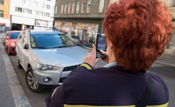 Poliisi on saanut väärinpysäköinneistä palautetta sosiaalisessa mediassa. Kuvituskuva.