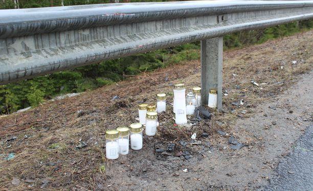 Kynttilät onnettomuuspaikalla muistuttavat vappuaaton traagisesta onnettomuudesta.