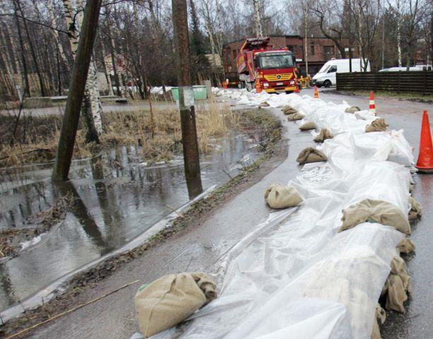 Tulvalta suojauduttiin hiekkasäkein.