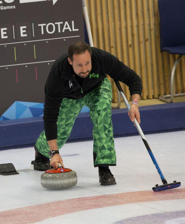 Norjan kruununprinssi Haakon pääsi heittämään kiveä.