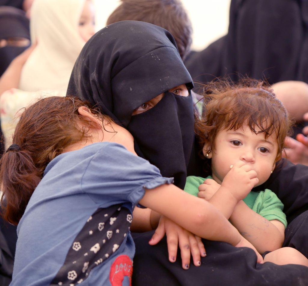 Isis-taistelijan vaimo ja lapset al-Holin leirillä.