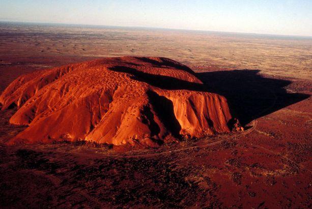 Uluru eli Ayers Rock on yksi Australian tunnetuimmista nähtävyyksistä. Auringonnousun ja -laskun aikaan se loistaa punaisena.