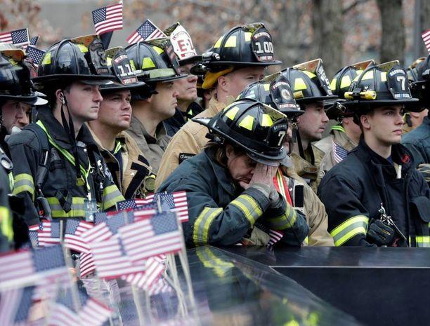 Palomiehet kunnioittivat kuolleita kollegojaan hiljaisen hetken aikana.