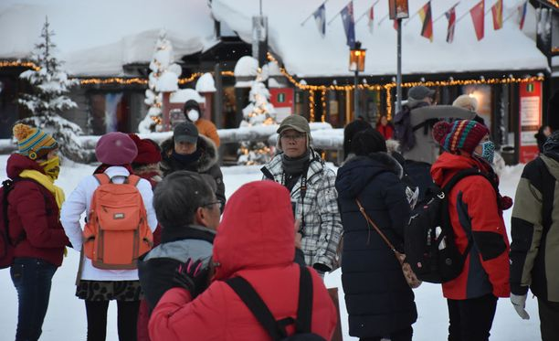 Rovaniemelle on noussut viime vuosina uusia majoituskohteita erityisesti Napapiirille, mutta keskustan hotelli-investointien suhteen on ollut hiljaisempaa. Nämä turistit vierailivat Napapiirillä viime talvena.