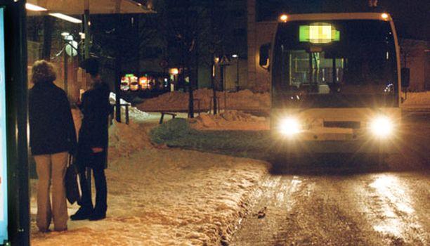 Matkustajat hermostuivat yöbussissa ärhennelleeseen mieheen.