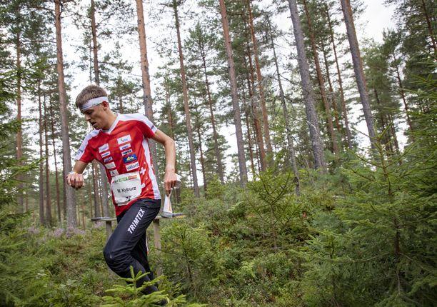 Matthias Kyburz vauhdissa rastipoluilla viime vuonna.