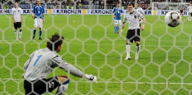 Bastian Schweinsteiger maalasi kahdesti pilkulta.