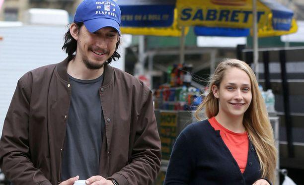 Adam Driver ja Jemina Kirke ovat sarjan tähtiä.
