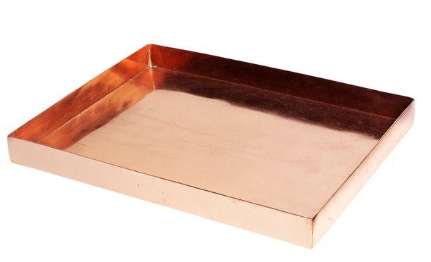 H Skjalm P:n kuparinen tarjotin on näyttävä alusta suosikkikoristeillesi tai kynttilöille. 51 €/32 x 24 x 3 cm. Tarjotin: Scandinaviandesigncenter.fi. Hinta: 51 euroa.