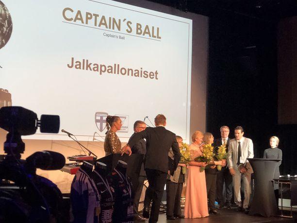 Emine Hetemaj, Marja Lipponen ja Heidi Soininen vastaanottivat Captain's Ballin.