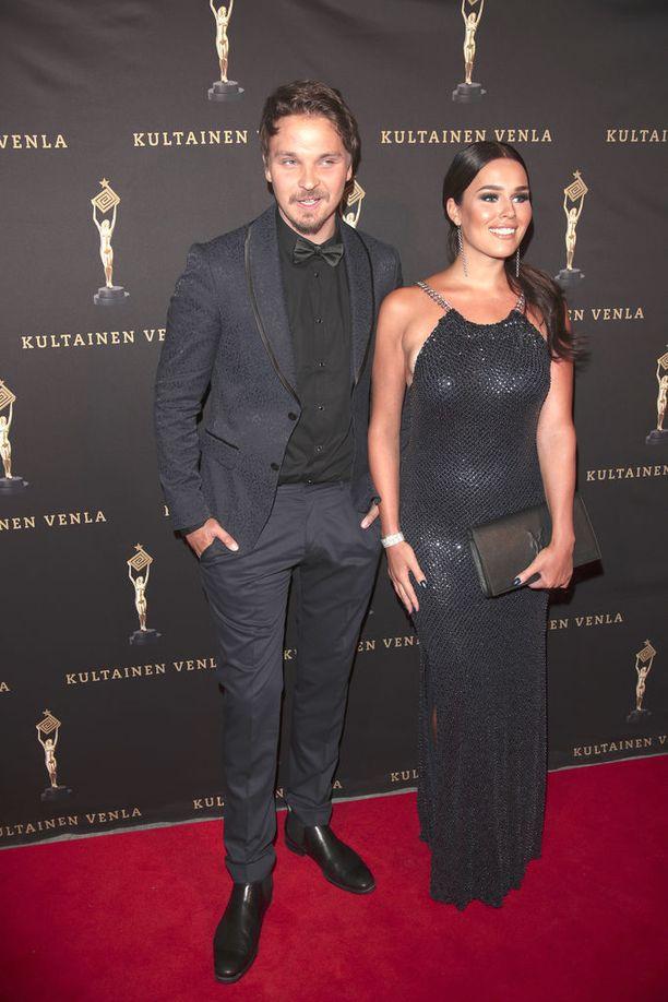 Roope Salminen ja Sara Sieppi saapuivat yhdessä tänä vuonna Kultainen Venla -gaalaan.