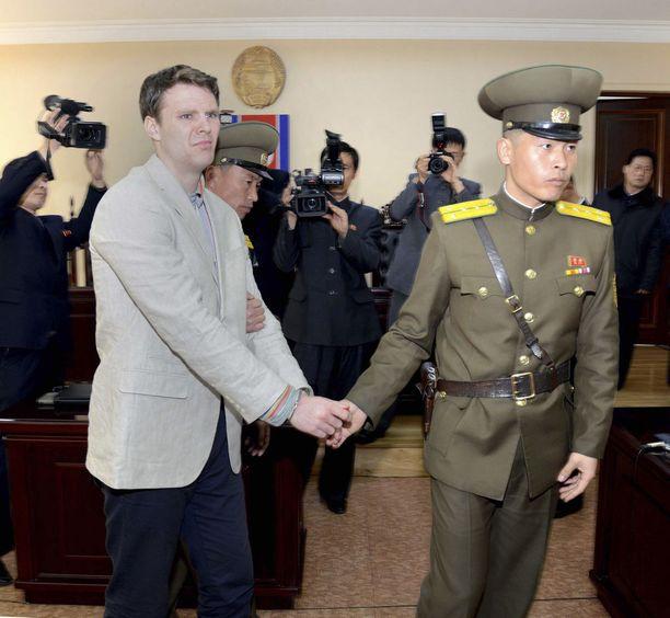 Otto Warmbier tunnusti varastaneensa julisteen Pohjois-Koreassa. Hänet tuomittiin 15 vuodeksi vankeuteen rikoksesta maata vastaan.