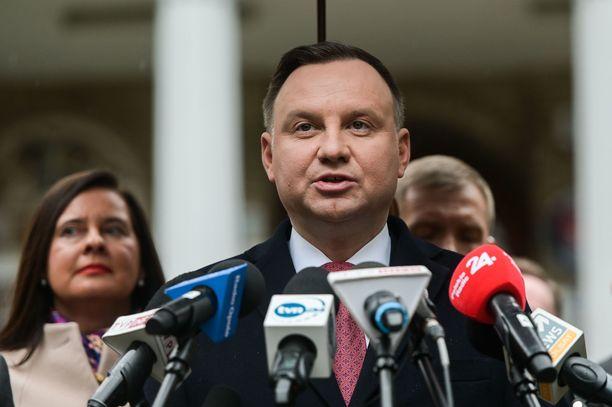 Presidentti Andrzej Dudalla ei ole ollut ongelmia näkyä julkisuudessa myös koronakriisin aikana.