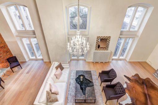 Korkeista ikkunoista on näköalat talon sisäpihalle.