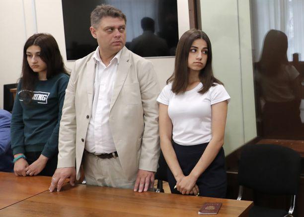 Maria (vas.) ja Angelina (oik.) Khachaturyan oikeudessa kesäkuussa 2019 Moskovassa.