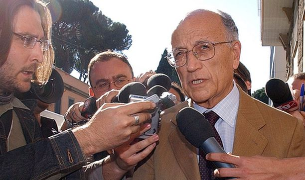 Francesco Saverio Borelli, sopupelitutkinnan johtaja, luovutti Italian jalkapalloliitolle 190-sivuisen raportin sopupelitutkinnasta.