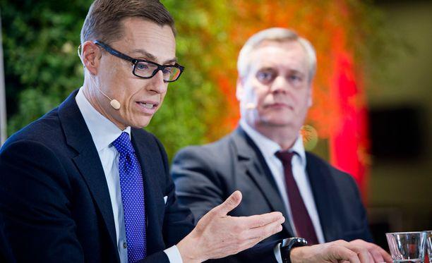 Alexander Stubb (kok) ja Antti Rinne (sd). Hallituskumppanit ovat ajautuneet nokittelukilpaan.