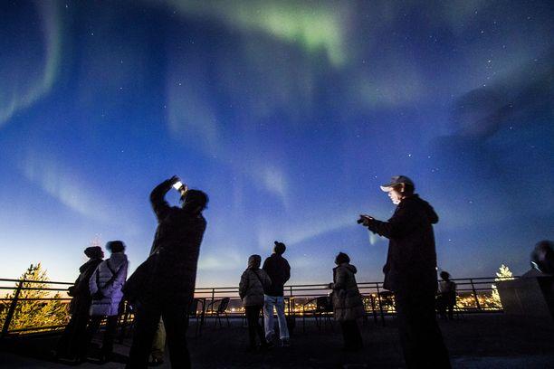 Rovaniemi vetää puoleensa esimerkiksi revontulien perässä matkaavia turisteja,