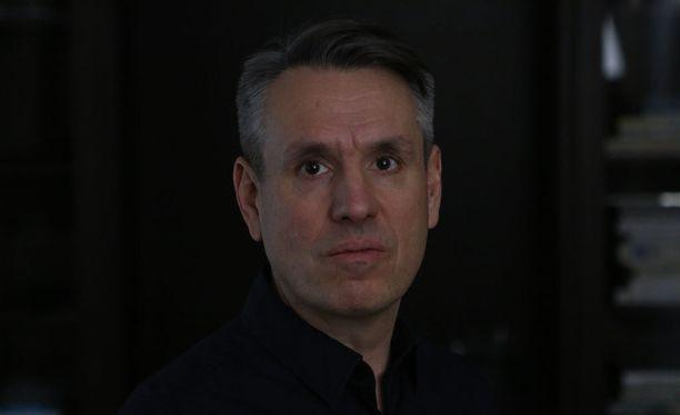 Suomalaissyntyinen Anders Engström on opiskellut Lontoossa, hän asuu Ruotsissa ja tekee kansainvälistä ohjaajan uraa.