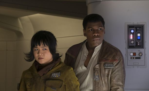 John Boyega näyttelee edellisen Star Wars -elokuvan The Force Awakensin tapaan Finniä.