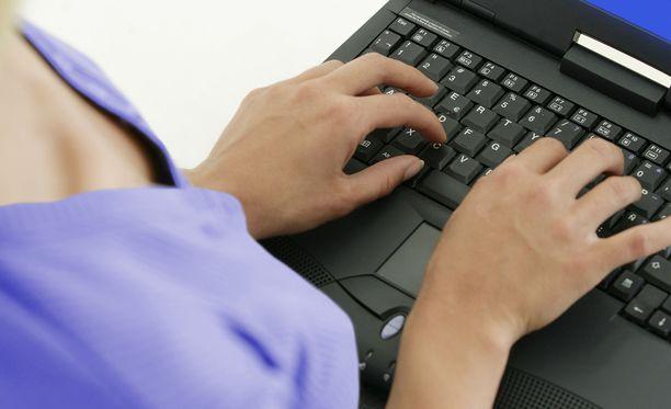 Miehiä vedätettiin kuukausitolkulla, kertoo entinen chat-työntekijä Maria. Kuvituskuva.