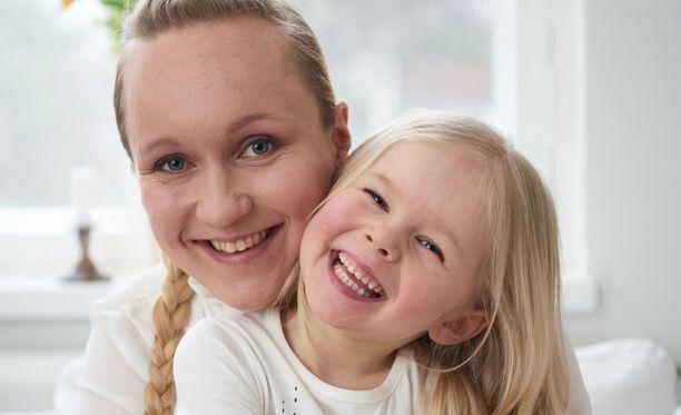 Hanna Sissala ja keksinnön inspiroinut ex-koliikkivauva, nykyisin energinen ja iloinen pikkuneiti.