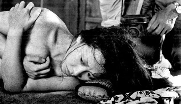 (Suna no onna, Japani 1964, 115') Ohjaus: Hiroshi Teshigahara. Tokion vilinää autiolle hiekkadyynille paennut hyönteistutkija kohtaa hiekkaa lapioivan naisen japanilaista mielenmaisemaa luotaavassa draamassa. Kuvassa naispääosan esittäjä Kyoko Kishida.