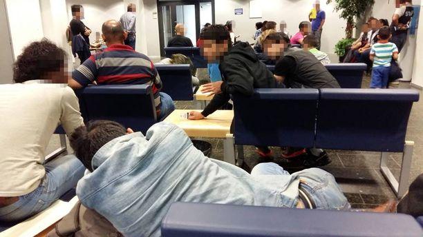 Nelisenkymmentä turvapaikanhakijaa odotti keskiviikkona iltapäivällä Pasilan poliisitalon aulatiloissa.