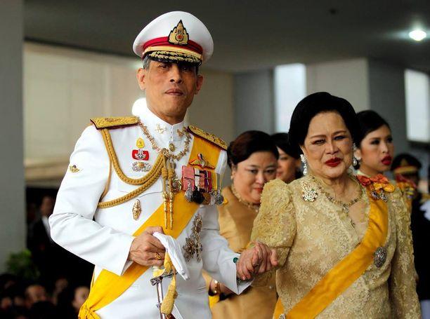 Kruununprinssi Maha Vajiralongkornista tulee Thaimaan kuningas. Vierellä äiti, kuningatar Sirikit.