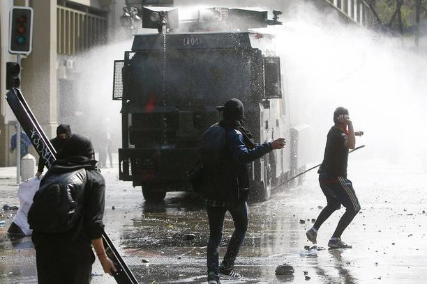 Kivet lentelivät ja vesitykit suihkusivat Santiagossa.