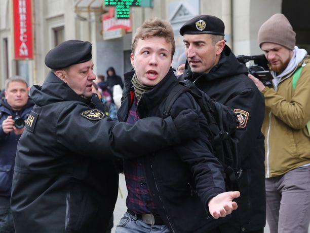 Valkovenäläinen toimittaja ja oppositioaktivisti Roman Protasevitš kertoi muille koneen matkustajille, että häntä odottaa kuolemantuomio. Kuva vuodelta 2019, jolloin Protasevitš pidätettiin mielenilmauksen yhteydessä.