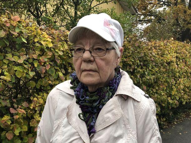 Kävelykeppiä käyttävä Tuula, 81, joutui varkaiden uhriksi.