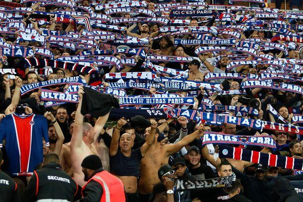 PSG:n kannattajia Mestarien liigan ottelussa Belgradin Punaista tähteä vastaan.