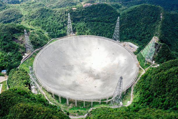 FAST on maailman suurin radioteleskooppi, halkaisijaltaan 500 metriä. Se sijaitsee vuorilla Kiinan Guizhoun maakunnassa.