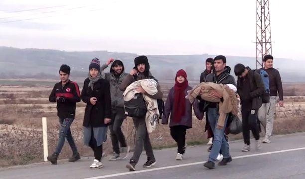 Pakolaiset lähtivät liikkeelle torstaina yöllä ja ovat jatkaneet perjantaina kohti Kreikan rajaa.