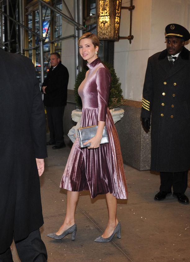 Ivanka Trump lähdi töihin Trump Towerista perjantaina tyylikkäässä samettiasussa.