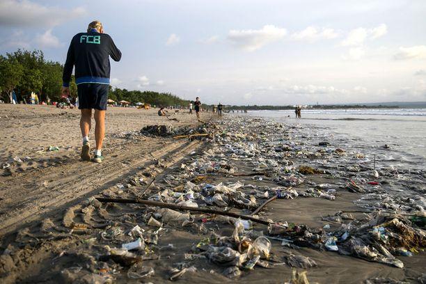 Kuta Beach on roskaisimmillaan sadekaudella.